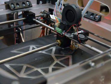 Fot. użyczone (www.invest-park.com.pl) | Ideą warsztatów było poznanie tajników druku 3D poprzez budowę drukarki i przełożenia pomysłów na przestrzenne obiekty. Członkowie Świdnickiego Koła Robotyki, pod okiem nauczyciela Zbigniewa Brożbara, skonstruowali urządzenie z zamówionych części